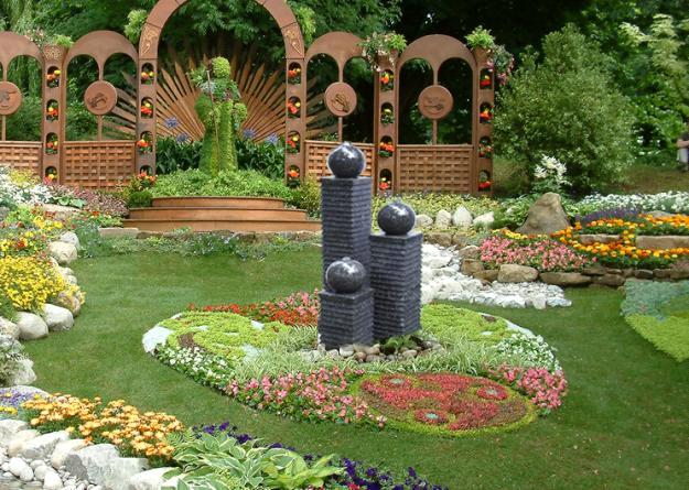 Nên thường xuyên loại bỏ cỏ khô, hoa héo vì chúng tạo năng lượng âm.